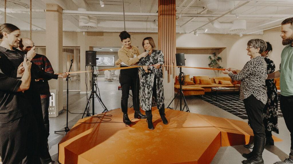 Marlene Johansson, VD eXpression Umeå klipper bandet vid öppningen av eXpression Pop-In.