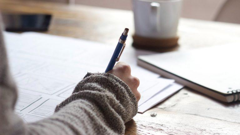 Person som skriver för hand